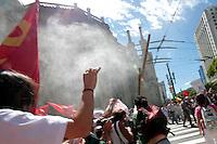 SAO PAULO, SP, 25 DE JANEIRO DE 2012 - PROTESTO PREFEITO - AGRESSAO PREFEITO -  O prefeito de Sao Paulo Gilberto Kassab sofre tentativa de agressão ao tentar deixar a Catedral da Se na região apos a Missa de aniversario da cidade de Sao Paulo, nesta quarta-feira, 25. (FOTO: VANESSA CARVALHO - NEWS FREE).