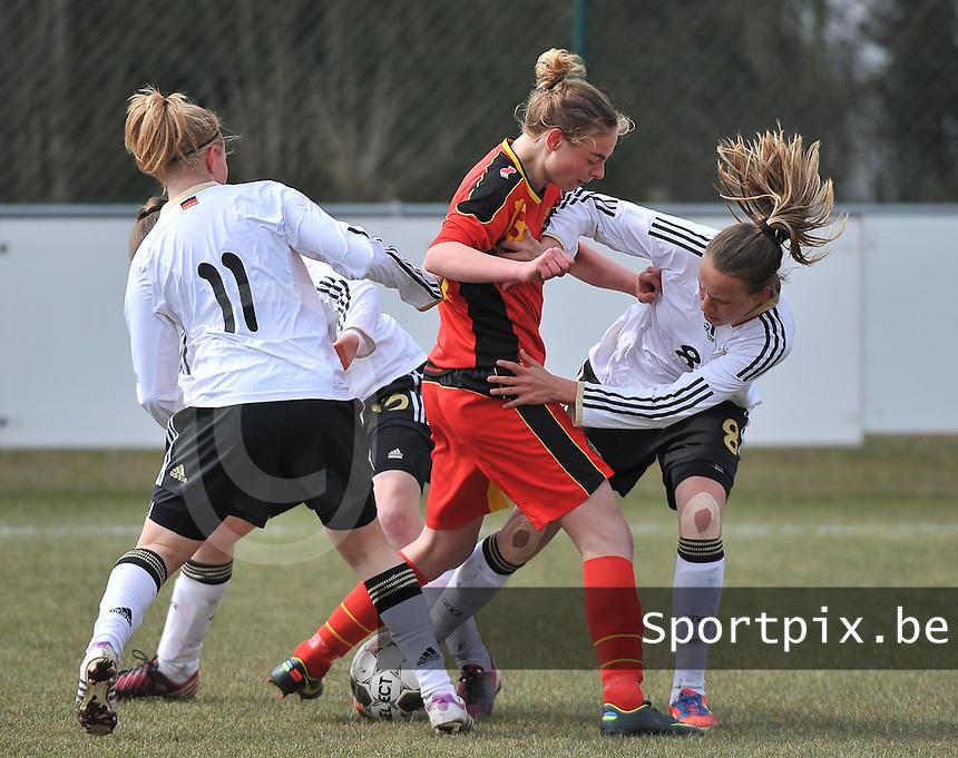 Belgie U17 - Duitsland U17 : Saskia Meier(8)  in duel met Margaux Van Ackere (midden).foto DAVID CATRY / Vrouwenteam.be