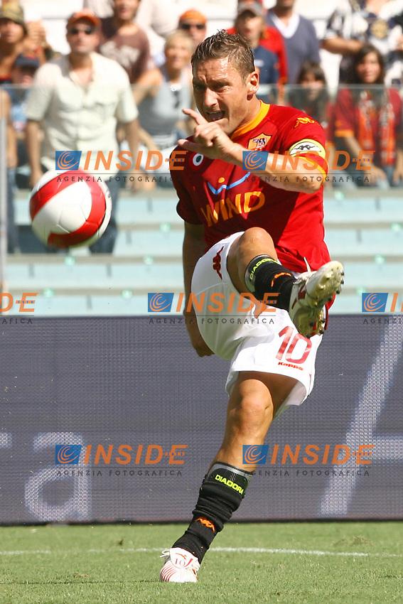 Roma 2/9/2007 Stadio Olimpico - Campionato Italiano Serie A. Matchday 2 - Roma Siena 3-0<br /> Tiro di Francesco Totti (Roma)<br /> Foto Andrea Staccioli Insidefoto