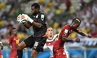 FUSSBALL WM 2014  VORRUNDE    GRUPPE G     Deutschland - Ghana                 21.06.2014 Torwart Fatau Dauda (li) und John Boye (re, beide Ghana) sichern vor Philipp Lahm Mitte, Deutschland)