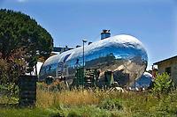 Pisa, canale dei Navicelli, cantiere navale, contenitore gas liquido per navi