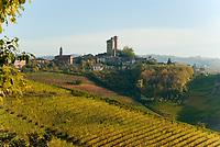 Italien, Piemont, Langhe, bei Alba: Weinanbau, Blick auf Weinort Serralunga d'Alba | Italy, Piedmont, Langhe, near Alba: wine growing estates, village Serralunga d'Alba
