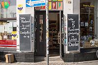 Alltag in Berlin waehrend der Corona-Krise am 16. April 2020.<br /> Im Bild: Hinweise zum Verhalten beim Einkauf an einem Gemueseladen in Berlin-Kreuzberg.<br /> 16.4.2020, Berlin<br /> Copyright: Christian-Ditsch.de<br /> [NUR FUER REDAKTIONELLE ZWECKE! Werbung nur auf Anfrage beim Fotografen. Inhaltsveraendernde Manipulation des Fotos nur nach ausdruecklicher Genehmigung des Fotografen. Vereinbarungen ueber Abtretung von Persoenlichkeitsrechten/Model Release der abgebildeten Person/Personen liegen nicht vor. NO MODEL RELEASE! Don't publish without copyright Christian-Ditsch.de, Veroeffentlichung nur mit Fotografennennung, sowie gegen Honorar, MwSt. und Beleg. Konto: I N G - D i B a, IBAN DE58500105175400192269, BIC INGDDEFFXXX, Kontakt: post@christian-ditsch.de<br /> Bei der Bearbeitung der Dateiinformationen darf die Urheberkennzeichnung in den EXIF- und  IPTC-Daten nicht entfernt werden, diese sind in digitalen Medien nach §95c UrhG rechtlich geschuetzt. Der Urhebervermerk wird gemaess §13 UrhG verlangt.]