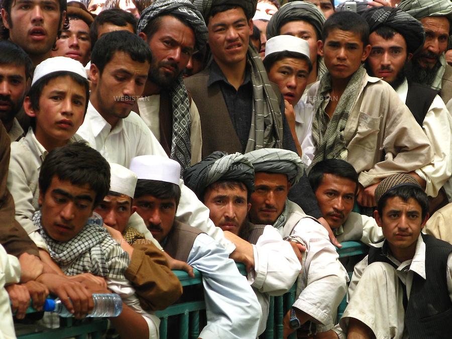 AFGHANISTAN - PROVINCE DE SAMANGAN - AYBAK - 5/08/2009 : Rassemblement de population, en majorite Ouzbek, venue ecouter et soutenir le Dr. Abdullah Abdullah, candidat aux elections presidentielles afghanes de 2009. .Foule ecoutant le discours du Dr. Abdullah Abdullah...AFGHANISTAN - SAMANGAN PROVINCE - AYBAK - 5/08/2009 : At a rally where mostly ethnic Uzbeks have gathered in support  of Dr. Abdullah Abdullah, candidate in the 2009 Afghan presidential elections..The crowd listens to Dr. Abdullah Abdullah's speech.