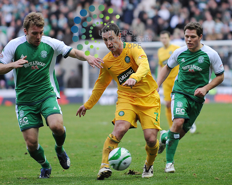 Hibs V Celtic.Clydesdale Bank SPL.07/12/08 - Easter Road..Celtic striker Scott McDonald breaks through the Hibs defence during his sides 2-0 defeat at easter road..Picture by Steven Carrie