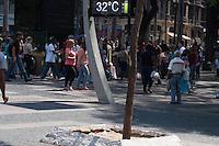 SÃO PAULO-SP-09,10,2014-CLIMA TEMPO SÃO PAULOPraça da Sé - As temperaturas estão altas na região central.A média ultrapassa os 30° com boa qualidade do ar e umidade relativa do ar baixa. Local:Praça da Sé.Região central da cidade de São Paulo,no começo da tarde dessa Quinta-Feira,09(Foto:Kevin David/Brazil Photo Press)