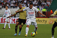 MANIZALES -COLOMBIA, 19-05-2013. Omar Rodriguez (D) del Once Caldas disputa el balón con Nelson Barahona ( I) del Itagüi durante partido de la fecha 16 Liga Postobón 2013-1./ Omar Rodriguez  (R ) of Once Caldas fights for the ball with Nelson Barahona( L ) of Itagüi during match of the 16th date of Postobon  League 2013-1. Photo: VizzorImage/JJ Bonilla/STR