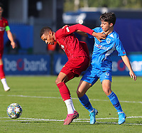 20191023 - Genk: Liverpool's Elijah DIxon-Bonner (left) is pictured battling for the ball with Genk's Luca Oyen (right) during the UEFA Youth League group stages match between KRC Genk Youth and Liverpool FC on October 23, 2019 at KRC Genk Stadium Arena B, Genk, Belgium. PHOTO:  SPORTPIX.BE   SEVIL OKTEM