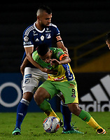 BOGOTA - COLOMBIA, 28–04-2018: Andrés Cadavid (Izq.) jugador de Millonarios disputa el balón con Omar Duarte (Der.) jugador de Atlético Huila, durante partido de la fecha 18 entre Millonarios y Atlético Huila, por la Liga Aguila I 2018, jugado en el estadio Nemesio Camacho El Campin de la ciudad de Bogota. / Andrés Cadavid (L) player of Millonarios vies for the ball with Omar Duarte (R) player of Atlético Huila, during a match of the 18th date between Millonarios and Atlético Huila, for the Liga Aguila I 2018 played at the Nemesio Camacho El Campin Stadium in Bogota city, Photo: VizzorImage / Luis Ramírez / Staff.