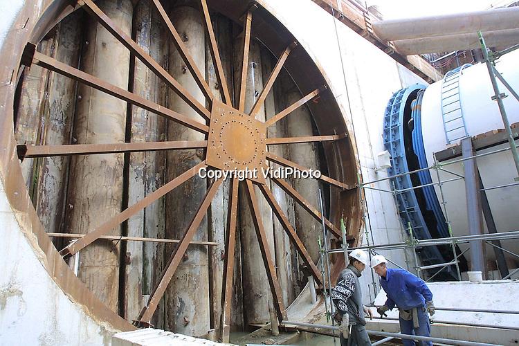 Foto: VidiPhoto..ANGEREN - In de 20 meter diepe boorput bij het Pannerdensch Kanaal wordt de laatste hand gelegd aan de enorme boorkop. De kop, met een diameter van 9,80 meter en een lengte van 72 meter, start zaterdag met het boren van de tunnel voor de Betuwelijn onder het Pannerdensch Kanaal door. De totale lengte van de tunnel is 2680 meter, waarvan 1600 meter geboord gaat worden. In 2004 moet de tunnel klaar zijn.