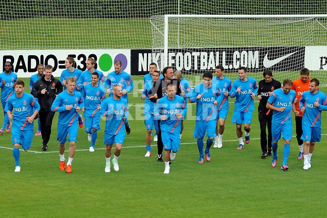 LAUSANNE - Trainingskamp Nederlands Elftal in Zwitserland in het Stade Juan-Antonio Samaranch, voorbereiding EK 2012, 18-05-2012, warming up..