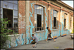 WEED al lavoro sulla facciata di Bunker, il nuovo progetto di Urbe nell'ex stabilimento SICMA Torino. Agosto 2012