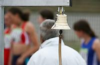Noch kommt die Glocke für die letzte Runde nicht zum Einsatz. Im Hintergrund formieren sich die Läuferinnen zum Start. Foto: Jan Kaefer / aif
