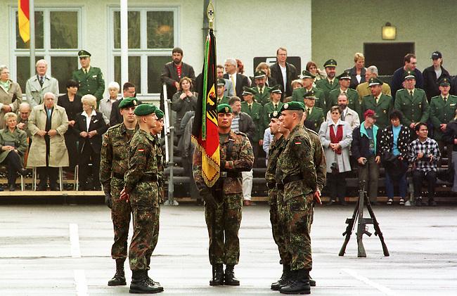 Geloebnis von Soldaten der 2. Kompanie des Jaegerbatallions 1 BERLIN und der 2. Kompanie des Wachbatallions BMVg in der Berliner Bluecher-Kaserne.<br /> Die Rekruten des Jaegerbatallions werden ab Mai 2001 als Einsatzkraefte BERLINER JAEGER zur KFOR-Friedenstruppe in den Kosovo verlegt.<br /> Hier: Rekruten des Jaegerbatallions nehmen an der Fahne Aufstellung zum Geloebnis.<br /> 5.10.2000, Berlin<br /> Copyright: Christian-Ditsch.de<br /> [Inhaltsveraendernde Manipulation des Fotos nur nach ausdruecklicher Genehmigung des Fotografen. Vereinbarungen ueber Abtretung von Persoenlichkeitsrechten/Model Release der abgebildeten Person/Personen liegen nicht vor. NO MODEL RELEASE! Nur fuer Redaktionelle Zwecke. Don't publish without copyright Christian-Ditsch.de, Veroeffentlichung nur mit Fotografennennung, sowie gegen Honorar, MwSt. und Beleg. Konto: I N G - D i B a, IBAN DE58500105175400192269, BIC INGDDEFFXXX, Kontakt: post@christian-ditsch.de<br /> Bei der Bearbeitung der Dateiinformationen darf die Urheberkennzeichnung in den EXIF- und  IPTC-Daten nicht entfernt werden, diese sind in digitalen Medien nach &sect;95c UrhG rechtlich gesch&uuml;tzt. Der Urhebervermerk wird gemaess &sect;13 UrhG verlangt.]