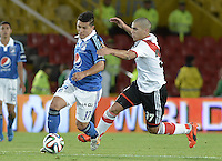 BOGOTÁ -COLOMBIA, 16-07-2014. Omar Vasquez (Izq) jugador de Millonarios (COL) disputa un balón con Emiliano Aguero (Der) jugador de River Plate (ARG) durante partido en homenaje al fallecido futbolista argentino Alfredo Di Stéfano jugado en el estadio Nemesio Camacho El Campín de la ciudad de Bogotá./ Omar Vasquez (L) player of Millonarios (COL) fights for the ball with Emiliano Aguero (R) player of River Plate (ARG) during match in honor of the deceased argentinean soccer player Alfredo Di Stefano played at Nemesio Camacho El Campin stadium in Bogotá city. Photo: VizzorImage/ Gabriel Aponte / Staff