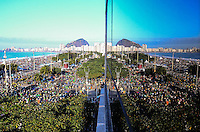 RIO DE JANEIRO, RJ, 28  DE JULHO DE 2013 -JMJ RIO 2013-MISSA DO ENVIO COM O PAPA FRANCISCO- Milhares de fiéis, peregrinos e devotos lotam as areias da praia de Copacabana aguardando a missa de envio com o Papa Francisco após passarem a noite em vigília, em Copacabana, zona sul do Rio de Janeiro.FOTO:MARCELO FONSECA/BRAZIL PHOTO PRESS