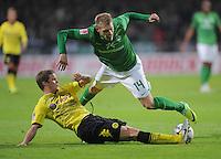 FUSSBALL   1. BUNDESLIGA   SAISON 2011/2012    9. SPIELTAG  14.10.2011 SV Werder Bremen - Borussia Dortmund                  Sven Bender (unten, Borussia Dortmund) gegen Aaron Hunt (SV Werder Bremen)