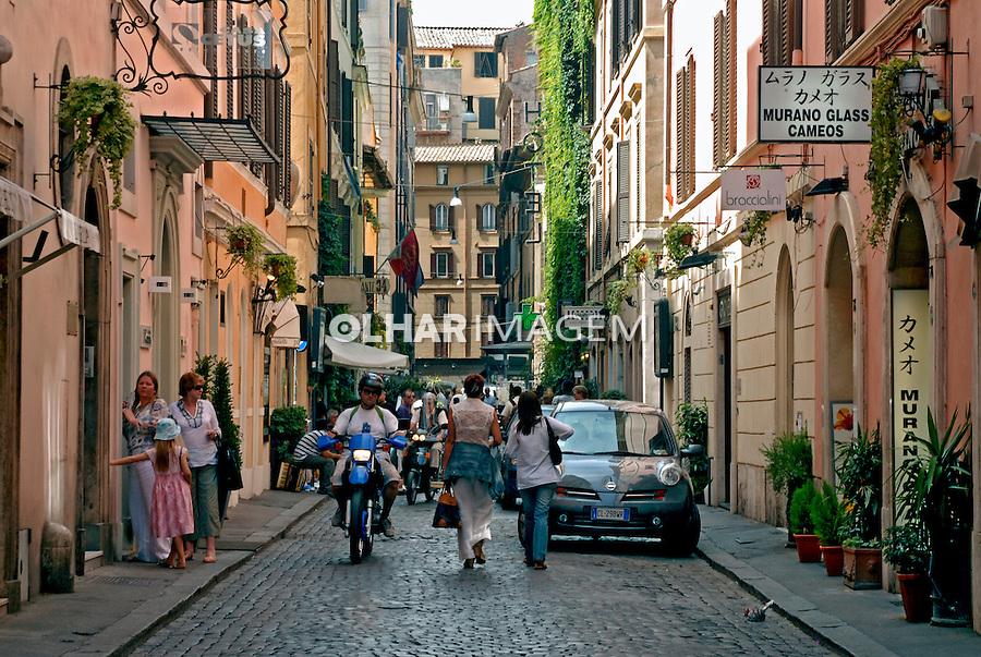 Rua de boutiques famosas. Roma. Itália. 2006. Foto de Luciana Whitaker.