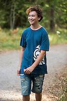 20140805 Vilda-l&auml;ger p&aring; Kragen&auml;s. Foto f&ouml;r Scoutshop.se<br /> scout med scouttr&ouml;ja shorts. ler. under dagen. p&aring; en v&auml;g. gl&auml;nta i bakgrunden