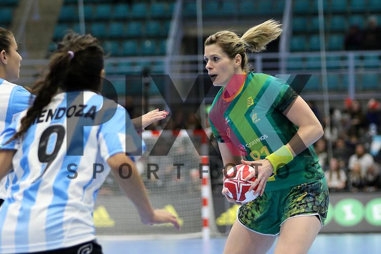 Kolding (DK), 010.12.15, Sport, Handball, 22th Women's Handball World Championship, Vorrunde, Gruppe C, Argentinien-Brasilien : Deonise Cavaleiro (Brasilien, #81), Luciana Mendoza (Argentinien, #09)<br /> <br /> Foto &copy; PIX-Sportfotos *** Foto ist honorarpflichtig! *** Auf Anfrage in hoeherer Qualitaet/Aufloesung. Belegexemplar erbeten. Veroeffentlichung ausschliesslich fuer journalistisch-publizistische Zwecke. For editorial use only.