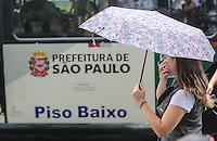 SAO PAULO, SP, 11 DE MARCO 2013 - CLIMA TEMPO - SAO PAULO - Pedestres sao vistos se protegendo da chuva na Av Paulista na tarde desta segunda-feira na regiao da central da cidade de Sao Paulo. FOTO: WILLIAM VOLCOV - BRAZIL PHOTO PRESS.