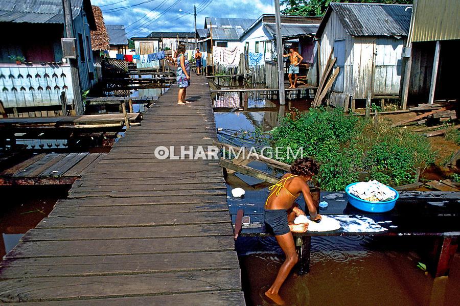 Moradores de palafita em Cruzeiro do Sul. Acre. 1990. Foto de Cynthia Brito.