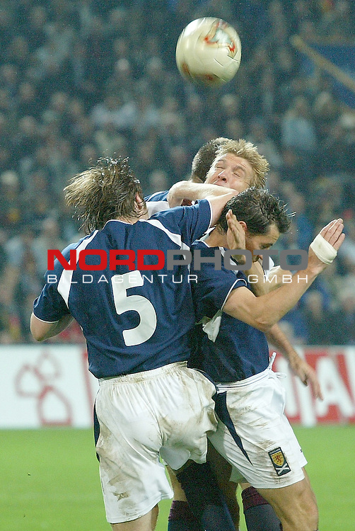 Laenderspiel EM 2004 Qualifikation<br /> Deutschland vs. Schottland 2:1<br /> Drei gegen einen: Marko Rehmer (Mitte) von Deutschland im Kopfball Duell mit<br /> Steven Pressley (links) von Schottland.<br /> <br /> Foto &copy; nordphoto <br />  *** Local Caption *** Foto ist honorarpflichtig! zzgl. gesetzl. MwSt.<br />  Belegexemplar erforderlich<br /> Adresse: nordphoto<br /> Georg-Reinke-Strasse 1<br /> 49377 Vechta