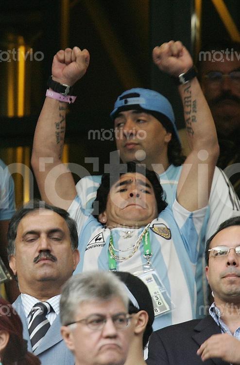 Fussball WM 2006  Achtelfinale   Argentinien - Mexiko , Argentina - Mexico  Diego Armando MARADONA (ARG) auf der Tribuene