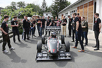 """Das DART-Team legt vor der großen öffentlichen Präsentation noch letzte Handgriffe an den Boliden """"Lambda 2016"""", Teamchef Rouven Welches steigt selbst in den Rennwagen und fährt die ersten Meter"""