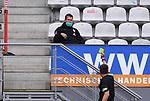 FussballFussball: agnph001:  1. Bundesliga Saison 2019/2020 27. Spieltag 23.05.2020<br /> SC Freiburg - SV Werder Bremen<br /> Schiedsrichter Robert Hartmann (re) zeigt Teammanager Tim Barten (SV Werder Bremen) die Gelbe Karte auf die Tribuene <br /> FOTO: Markus Ulmer/Pressefoto Ulmer/ /Pool/gumzmedia/nordphoto<br /> <br /> Nur für journalistische Zwecke! Only for editorial use! <br /> No commercial usage!