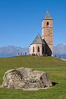 Italien, Suedtirol, Hafling: Wandergebiet oberhalb Merans, Kirche St. Kathrein aus dem 13. Jahrhundert   Italy, South Tyrol, Alto Adige, Avelengo: hinking area above Merano, church San Caterina built 13th century