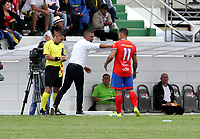 IPIALES - COLOMBIA, 27-02-2019: Alexis García, técnico de Deportivo Pasto da instrucciones a Carlos Núñez  durante partido entre Deportivo Pasto y La Equidad, de la fecha 7 por la Liga Aguila I 2019, jugado en el estadio Municipal de Ipiales. / Alexis García, coach of Deportivo Pasto gives instructions to Carlos Nuñez during a match between Deportivo Pasto and La Equidad, of the 7th date for the Aguila Leguaje I 2019 at the Municipal de Ipiales stadium in Ipiales city. Photo: VizzorImage. / Leonardo Castro / Cont.