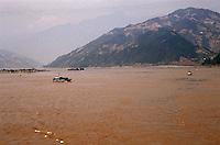 Yangtze-Fluss in der Provinz Hubei / China<br /> Die chinesische Regierung plant in der Provinz Hubei den Yangtze-Fluss mit einem Staudamm zur Stromgewinnung aufzustauen. Dabei werden ca. 3 Millionen Menschen umgesiedelt.<br /> Hier: Der Yangtze-Fluss am Eingang zum &quot;Drei Schluchten-Nationalpark&quot;.<br /> 1992, Provinz Hubei / China<br /> Copyright: Christian-Ditsch.de<br /> [Inhaltsveraendernde Manipulation des Fotos nur nach ausdruecklicher Genehmigung des Fotografen. Vereinbarungen ueber Abtretung von Persoenlichkeitsrechten/Model Release der abgebildeten Person/Personen liegen nicht vor. NO MODEL RELEASE! Nur fuer Redaktionelle Zwecke. Don't publish without copyright Christian-Ditsch.de, Veroeffentlichung nur mit Fotografennennung, sowie gegen Honorar, MwSt. und Beleg. Konto: I N G - D i B a, IBAN DE58500105175400192269, BIC INGDDEFFXXX, Kontakt: post@christian-ditsch.de<br /> Urhebervermerk wird gemaess Paragraph 13 UHG verlangt.]