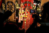 07.12.2008 Delhi(Haryana)<br /> <br /> Groom and bride being filmed during a wedding.<br /> <br /> Le mari&eacute; et la mari&eacute;e en train d'&ecirc;tre film&eacute;s pendant un mariage.