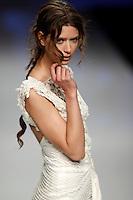 BARCELONA, ESPANHA, 09 DE MAIO 2012 - BARCELONA BRIDAL WEEK  - YOLAN CRIS - Modelo durante desfile da grife Yolan Cris no segundo dia do Barcelona Bridal Week, o maior evento de moda nupcial da Europa e um dos maiores do mundo, em Barcelona, nesta quarta-feira, 09. (FOTO: WILLIAM VOLCOV / BRAZIL PHOTO PRESS).