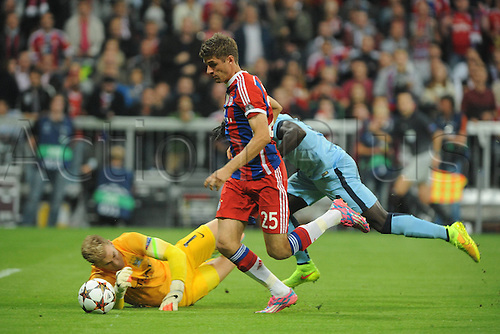 17.09.2014, Allianz arena, Munich, Germany.  Champions League, FC Bayern Munich versus  Manchester City. Thomas Mueller (FC Bayern Munich) appears to be clipped by Joe Hart in goal but no decision was given