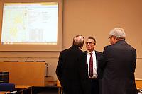 Wahlleiter Thomas Krüger (M.) und Bürgermeister Heinz-Peter Becker (SPD) warten auf die Ergebnisse der Gemeindewahl