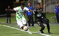 BOGOTA - COLOMBIA - 20-08-2015: John  (Izq)  jugador de Boyaca Chico FC  disputa el balon con Johan Arango del Once Caldas   durante partido  por la fecha 7 de la Liga Aguila II 2015 jugado en el estadio Metropilitano de Techo / John Riascos player of Boyaca Chico FC fights the ball against Johan Arango of Once Caldas during a match for the seventh date of the Liga Aguila II 2015 played at Metrpolitano de Techo stadium in Bogota city. Photo: VizzorImage / Felipe Caicedo / Staff.