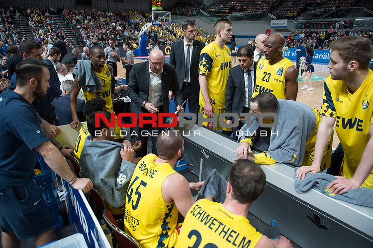 10.02.2019, &Ouml;VB Arena, Bremen, GER, easy Credit-BBL, Eisb&auml;ren Bremerhaven vs EWE Baskets Oldenburg, im Bild<br /> Auszeit Oldenburg<br /> mit dem Brett in der Hand<br /> Mladen DRJENCIC (EWE Baskets Oldenburg #Headcoach , #Coach , #Trainer )<br /> Foto &copy; nordphoto / Rojahn