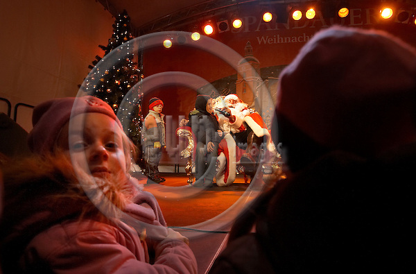 """BERLIN - GERMANY 13. DECEMBER 2006 -- Spandauer Weihnachtsmarkt - Traditional christmas market in the outskirts of Berlin - Santa Claus listen to the childrens wishes -- PHOTO: CHRISTIAN T. JOERGENSEN / EUP & IMAGES..This image is delivered according to terms set out in """"Terms - Prices & Terms"""". (Please see www.eup-images.com for more details)"""