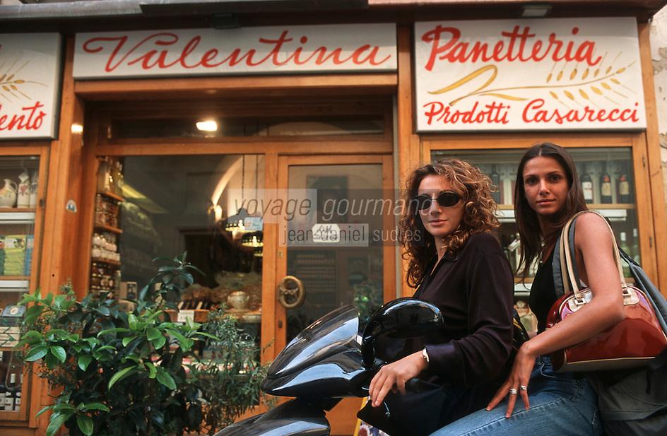 Europe/Italie/La Pouille/Lecce: Jeunes filles en Vespa devant une épicerie fine