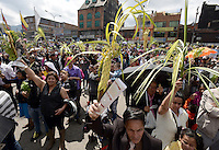 BOGOTÁ -COLOMBIA. 13-04-2014. Cientos de fieles católicos se hicieron presentes en la parroquia del 20 de Julio en Bogotá para celebrar el domingo de ramos que marca el inicio de la semana santa para los cristianos./ Hundred of Catholic faithful were made present in the 20 de Julio parish in Bogota to celebrate the Palm Sunday wich marks the beginning of Easter Week to the Christians.  Photo: VizzorImage/Gabriel Aponte/ Str