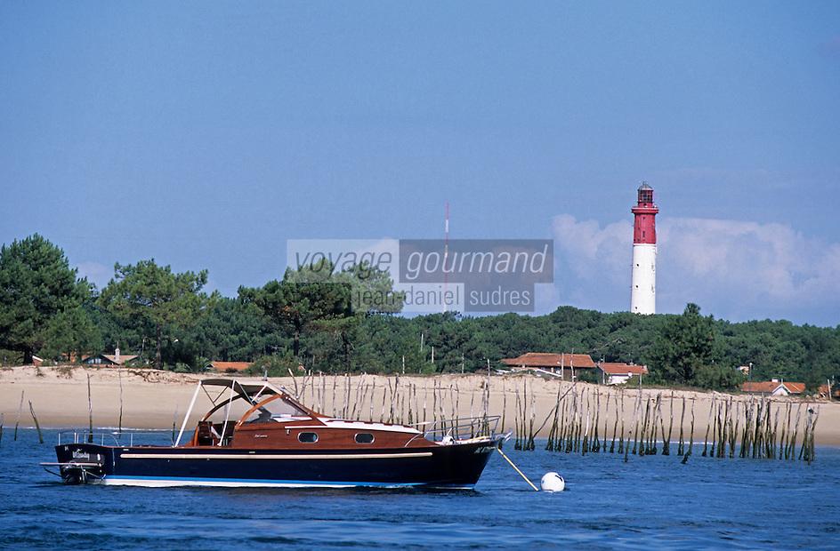 Europe/France/Aquitaine/33/Gironde/Bassin d'Arcachon/Le Cap Ferret: Pinasse des chantiers Dubourdieu devant le phare du Cap Ferret