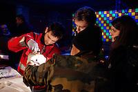 Milano: volontari della Croce Rossa medicano un senza tetto in un centro messo a disposizione dal comune di Milano per ospitare i senza tetto durante i giorni di grande freddo.