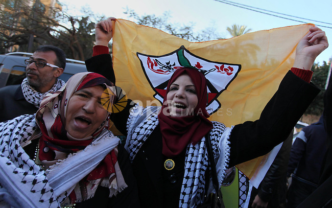 Palestinians take part during a protest to show solidarity with prisoners held in Israeli Jails, in front of Red cross office in Gaza city, on January 2, 2017. Photo by Ashraf Amra