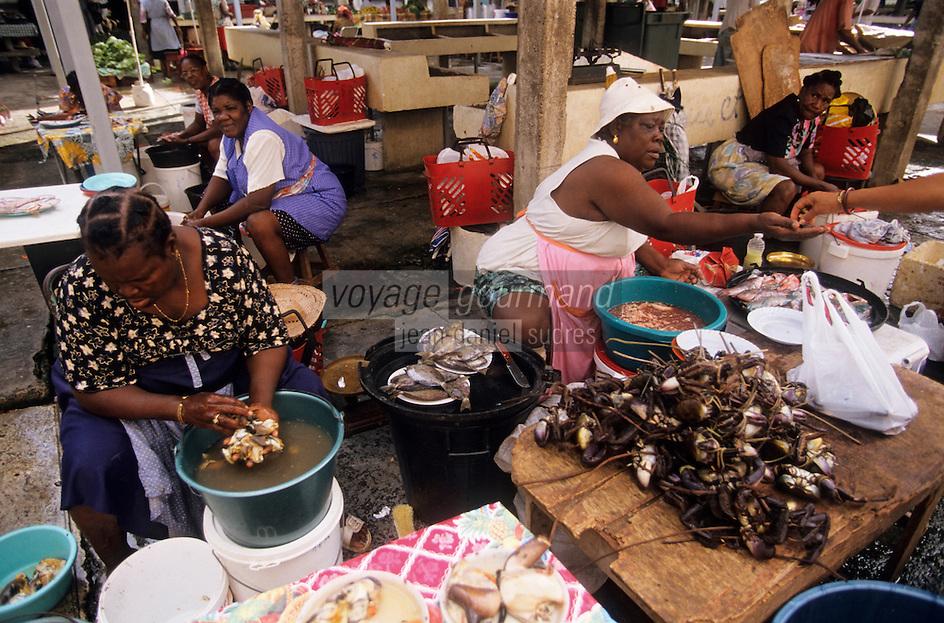 Europe/France/DOM/Antilles/Petites Antilles/Guadeloupe/Pointe-à-Pitre : Marché de Bergevin - Marchandes de crabes de terre