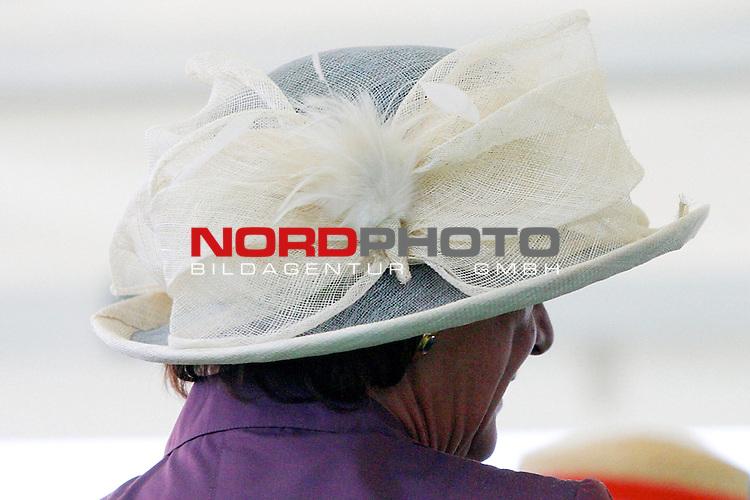 BMW 134. Deutsches Derby<br /> auch bei Hamburger Schmuddelwetter elegant behuetet<br /> <br /> Foto: nordphoto / sl