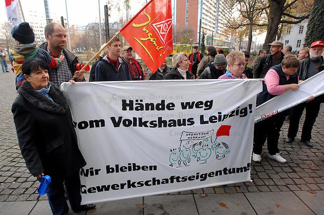 Protest gegen den Verkauf des Leipziger DGB-Gewerkschaftshauses in Berlin<br /> Unter dem Motto &quot;Haende weg vom Volkshaus Leipzig&quot; protestierten Gewerkschaftsmitglieder aus Leipzig am Mittwoch den 22. November 2006 vor der DGB-Zentrale in Berlin. Nach DGB-Plaenen soll das sogenannte &quot;Volkshaus&quot; zur Sanierung der DGB-Finanzen verkauft werden. Dagegen wehren sich Gewerkschaftsmitglieder mit einer Initiative &quot;Stoppt den Verkauf der Gewerkschaftshaeuser&quot;.<br /> 22.11.2006, Berlin<br /> Copyright: Christian-Ditsch.de<br /> [Inhaltsveraendernde Manipulation des Fotos nur nach ausdruecklicher Genehmigung des Fotografen. Vereinbarungen ueber Abtretung von Persoenlichkeitsrechten/Model Release der abgebildeten Person/Personen liegen nicht vor. NO MODEL RELEASE! Nur fuer Redaktionelle Zwecke. Don't publish without copyright Christian-Ditsch.de, Veroeffentlichung nur mit Fotografennennung, sowie gegen Honorar, MwSt. und Beleg. Konto: I N G - D i B a, IBAN DE58500105175400192269, BIC INGDDEFFXXX, Kontakt: post@christian-ditsch.de<br /> Bei der Bearbeitung der Dateiinformationen darf die Urheberkennzeichnung in den EXIF- und  IPTC-Daten nicht entfernt werden, diese sind in digitalen Medien nach &sect;95c UrhG rechtlich geschuetzt. Der Urhebervermerk wird gemaess &sect;13 UrhG verlangt.]
