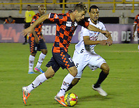 TUNJA -COLOMBIA, 22-09-2013. Cristian Alexandrini (I) de Boyacá Chicó disputa el balón con Juan David Cabezas (D) de Once Caldas durante partido válido por la fecha 10 Liga Postobón II 2013 realizado en el estadio La Independencia en Tunja./ Boyaca Chico player Cristian Alexandrini (L) fights for the ball with Once Caldas player Juan David Cabezas (R) during match valid for the 10th date of Postobon  League 2013-1 at La Independencia stadium in Tunja. Photo: VizzorImage/Jose Miguel Palencia/STR