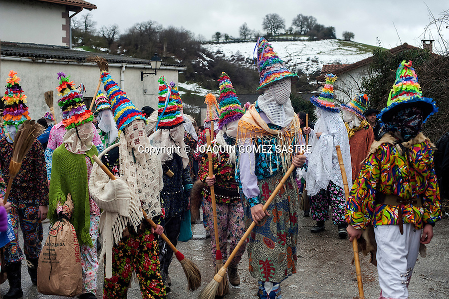 The txatxos are those that accompany the main characters carnival Lantz, who often dress up in brightly colored dresses and carrying brooms with which give people.